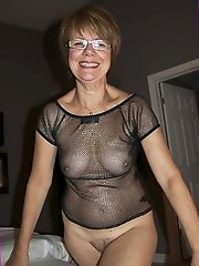 Cock hungry mature strumpet posing totally undressed